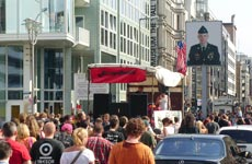 Demonstrierende am Checkpoint Charlie